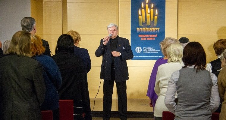 Игорь Артамонов исполняет песни военных лет