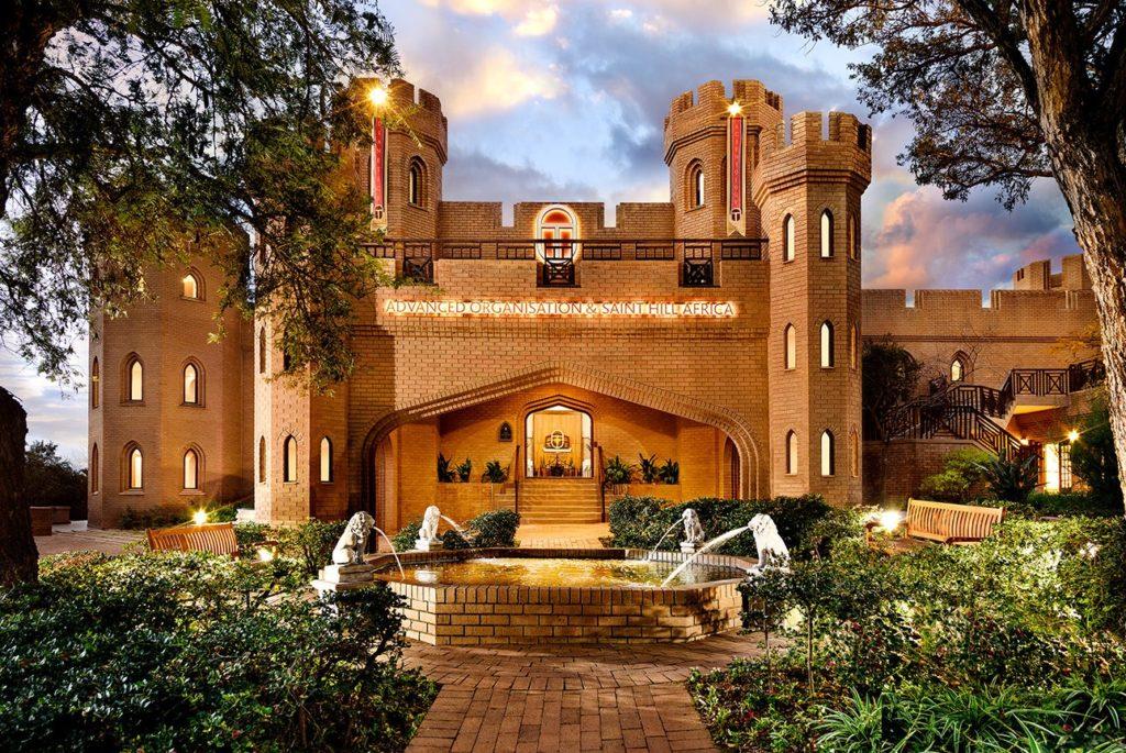 Саентология в Африке: фонтан при входе в замок Кьялами