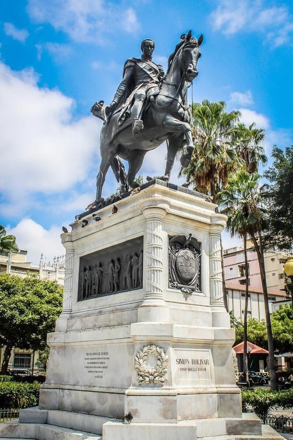 Памятник Симону Боливару.