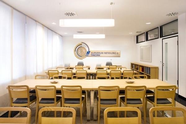 Читальный зал идеальной саентологической организации.