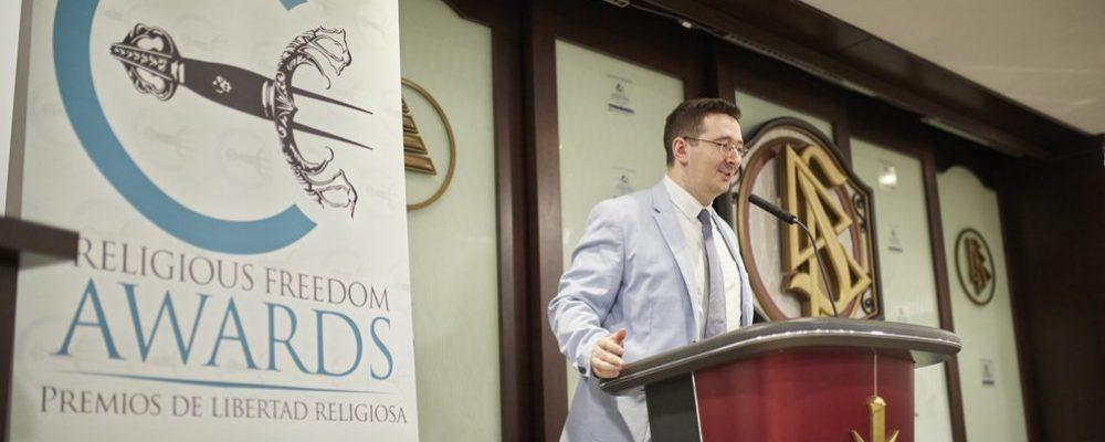 Иван Архона-Пеладо ведёт вручение наград «За свободу вероисповедания» 2019 года.